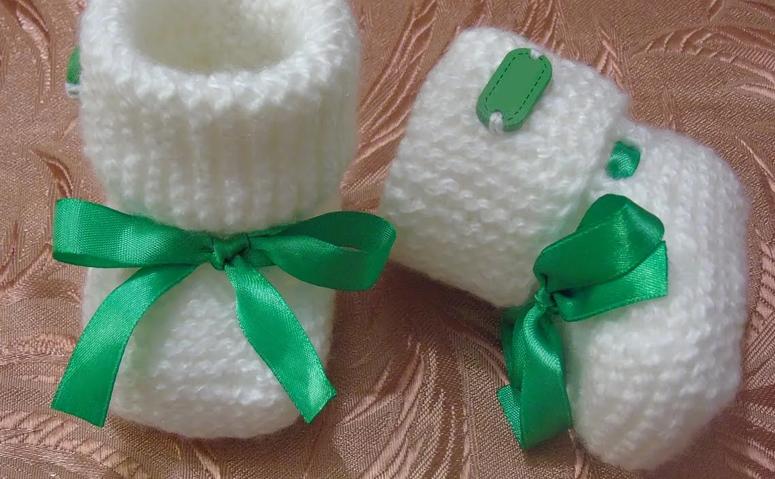 Простые пинетки спицами для новорожденных на 2 спицах