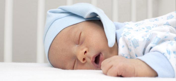 Ребенок потеет во время сна: причины, профилактика