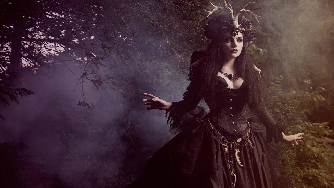 фуди-блогер рассказывает фото ведьмы на коричневом фоне очередных смен, арендовав